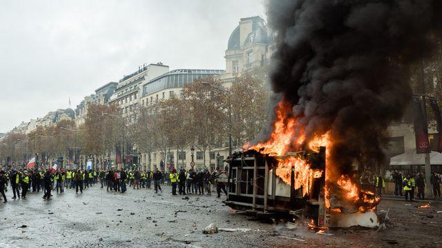 Manifestation des gilets-jaunes à Paris. Les Champs-Elysées sont le théâtre d'affrontements violents avec les forces de l'ordre. [Benoit Durand/Hans Lucas - AFP]