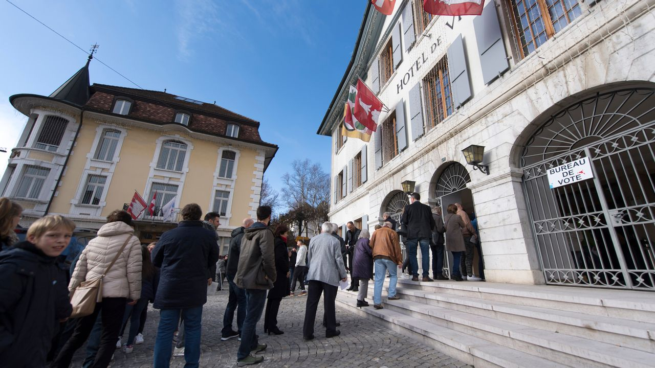 Les habitants de Moutier (BE) font la queue pour voter à l'Hôtel de Ville, le 25 novembre 2018. (image d'illustration) [Laurent Gillieron - Keystone]