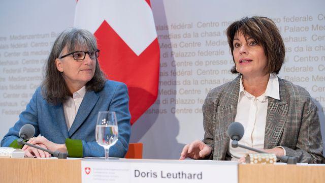 Doris et Leuthard et la directrice de l'Office fédéral du développement territorial Maria Lezzi à Berne, 26.11.2018. [Anthony Anex - RTS]