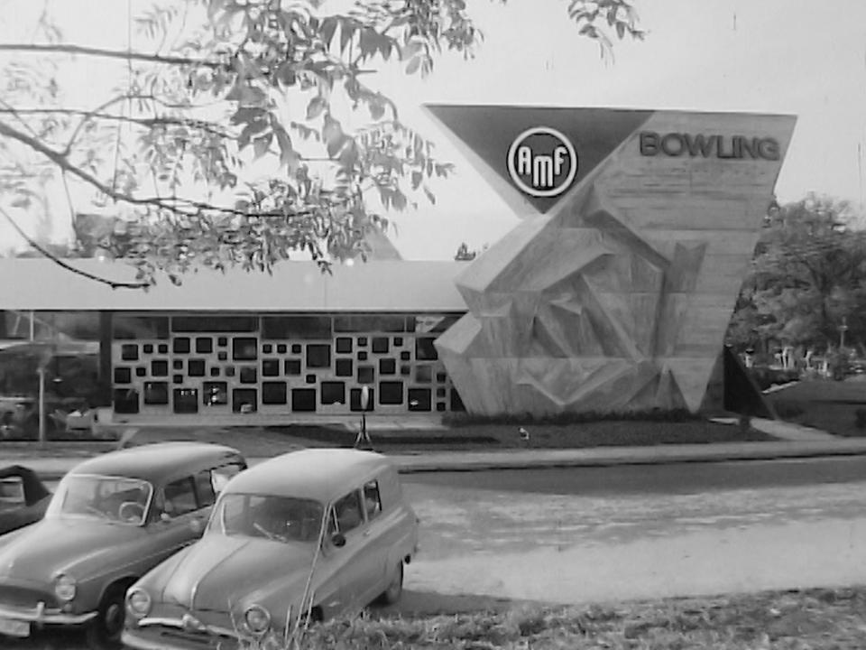 Le premier bowling de Suisse en 1960. [RTS]