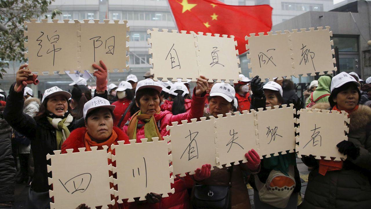 Des parents chinois manifestent pour protester contre la politique de l'enfant unique. [Kim Kyung-Hoon - Reuters]