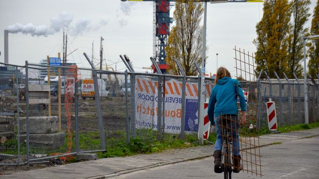 Au cœur d'Amsterdam, sur la rive nord de la rivière Ij, le quartier Buiksloterham, ancien site de chantiers navals, expérimente la ville durable de demain. [Cerise Maréchaud - RTS]