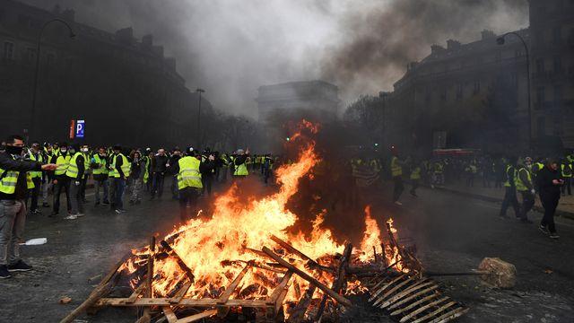 """Des manifestants """"gilets jaunes"""" rassemblés sur l'avenue des Champs-Elysée, le 1er décembre 2018. [Alain Jocard - AFP]"""