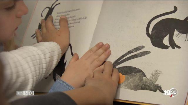 """""""Les yeux de Bianca"""" un livre en braille et un coffret de découverte pour la compréhension des enfants non-voyants. [RTS]"""