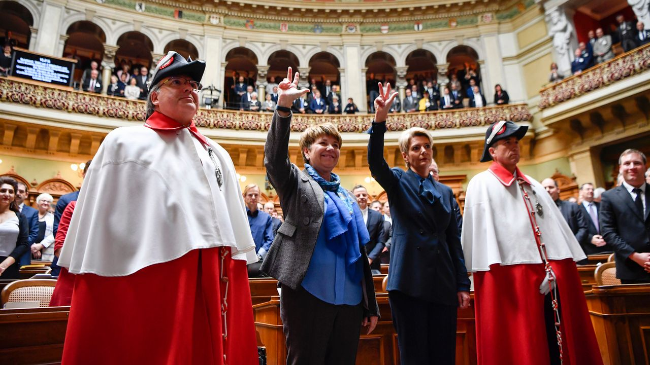 Viola Amherd (PDC-VS) et Karin Keller-Sutter (PLR-SG) prêtent serment après leur élection au Conseil fédéral. [Anthony Anex - Keystone]