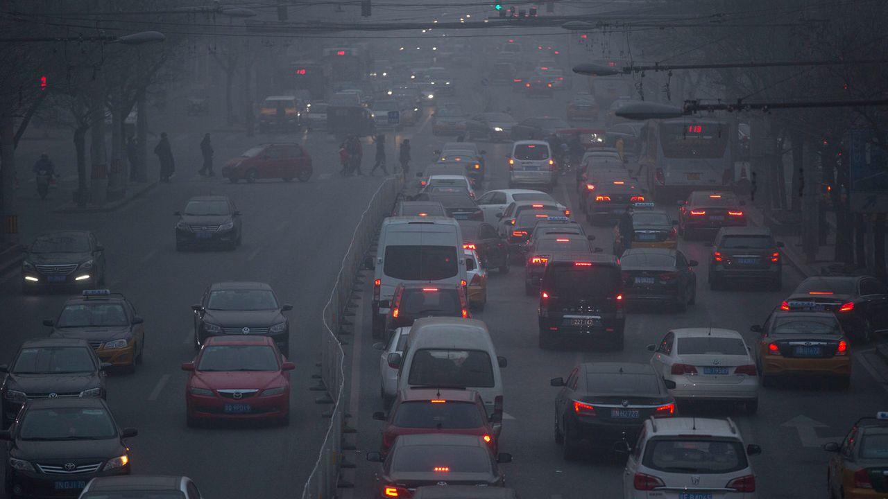 Le trafic pèse sur les émissions de CO2 en Chine, ici à Pékin. [(AP Photo/Mark Schiefelbein - Keystone]