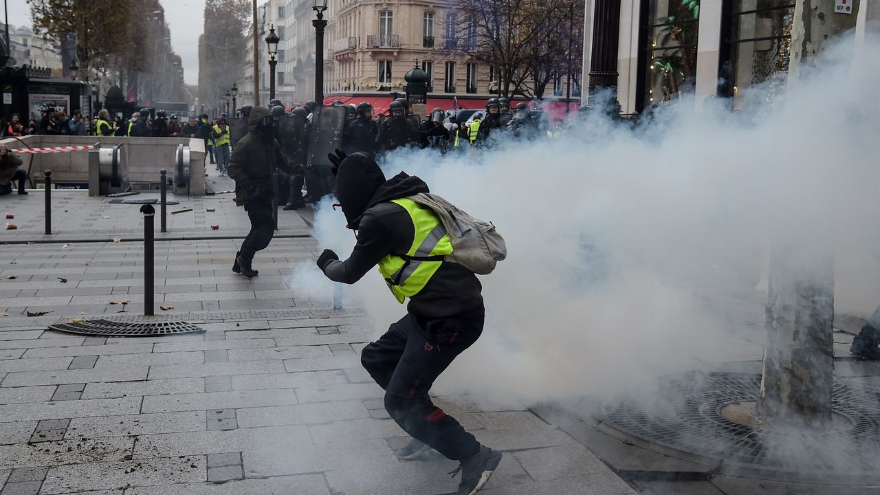 """Le mouvement des """"gilets jaunes"""" en France est comparé en Russie aux """"révolutions de couleur"""". [Lucas Barioulet - AFP]"""