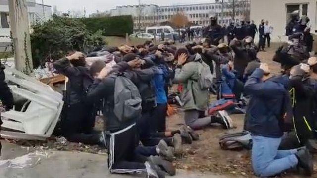 Capture d'écran de la vidéo montrant l'arrestation des lycéens.