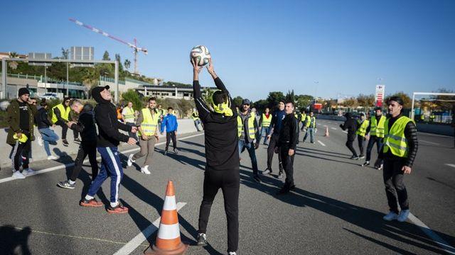 Des gilets jaunes jouent au football sur une autoroute bloquée en novembre dernier. [Frederic Dides / Hans Lucas - afp]