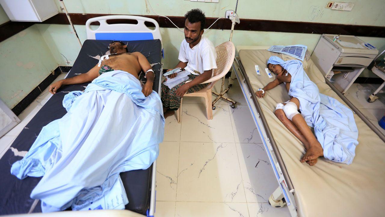 Deux hommes blessés par des tirs de roquettes dans la ville d'Hodeida. [Abduljabbar Zeyad - Reuters]