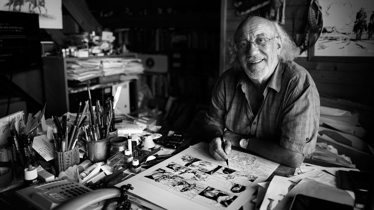 Le dessinateur Derib dans son atelier. [Arnaud Derib, 2018 - DR]