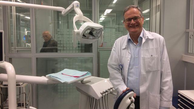 Andrea Mombelli, chef de la division de parodontologie au Hôpitaux universitaires genevois. [Didier Pradervand - RTS]