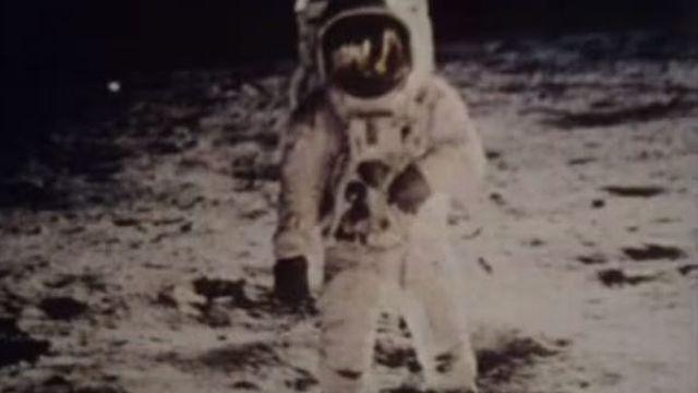 Les premiers pas du cosmonaute Neils Amstrong sur la Lune.
