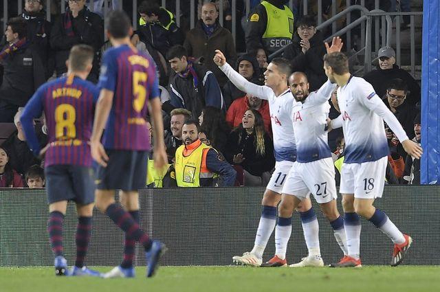 Lucas Moura (no 27) est félicité après son but inscrit face au Barça. [Lluis Gene - AFP]