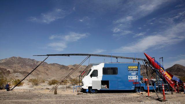 Mike Hughes veut lancer sa fusée à vapeur dans le but de prouver que la Terre est plate, 27 novembre 2017, Amboy, Californie. [Keystone]