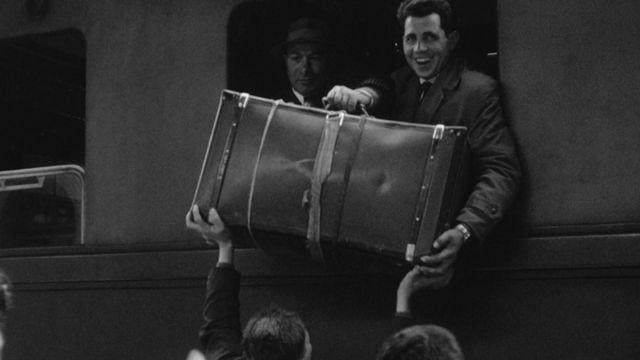 Saisonniers arrivant en Suisse en 1960. [RTS]