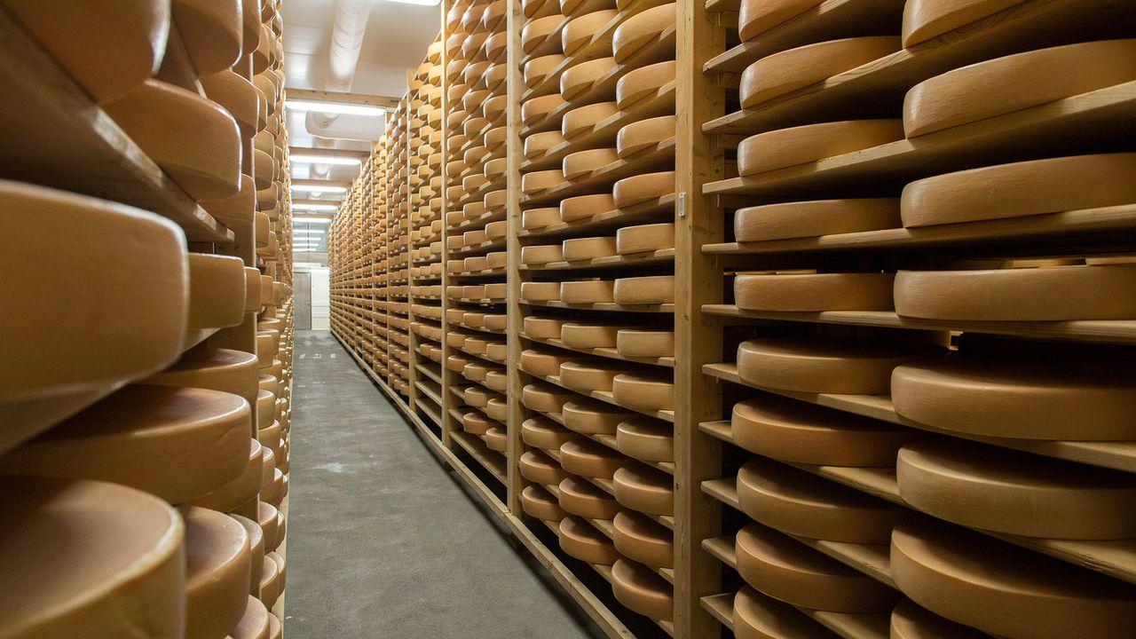 Des fromages entreposés dans le bâtiment de la coopérative des producteurs de fromage d'alpage L'Etivaz. (image d'illustration) [Anthony Anex - Keystone]