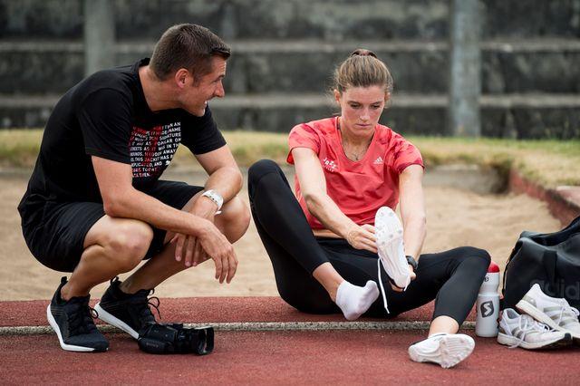 Laurent Meuwly continuera d'entraîner Lea Sprunger. [Jean-Christophe Bott - Keystone]