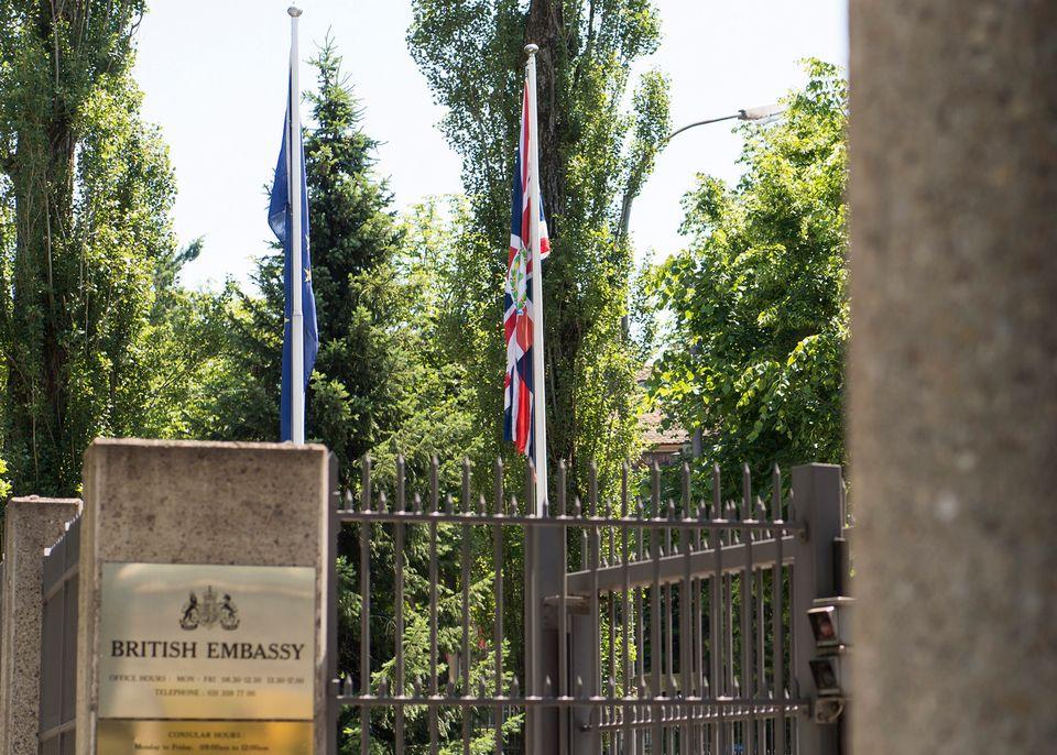 Les drapeaux européen et britannique dans les jardins de l'ambassade britannique à Berne, en 2016. [Keystone]