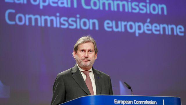Le commissaire européen Johannes Hahn lors de la conférence de presse du 17 décembre 2018. [EPA/STEPHANIE LECOCQ - Keystone]