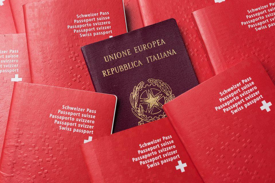 La part de binationaux vivant en Suisse se monte à environ 13%. [Christian Beutler - Keystone]