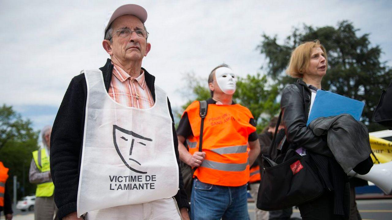Des personnes manifestant pour soutenir les victimes de l'amiante (image prétexte). [Jean-Christophe Bott - Keystone]