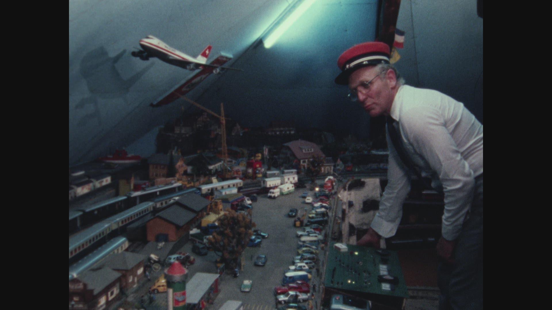 Un train au plafond
