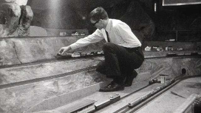 Passionné de trains miniatures du club de modélisme de Bienne, 1970. [RTS]