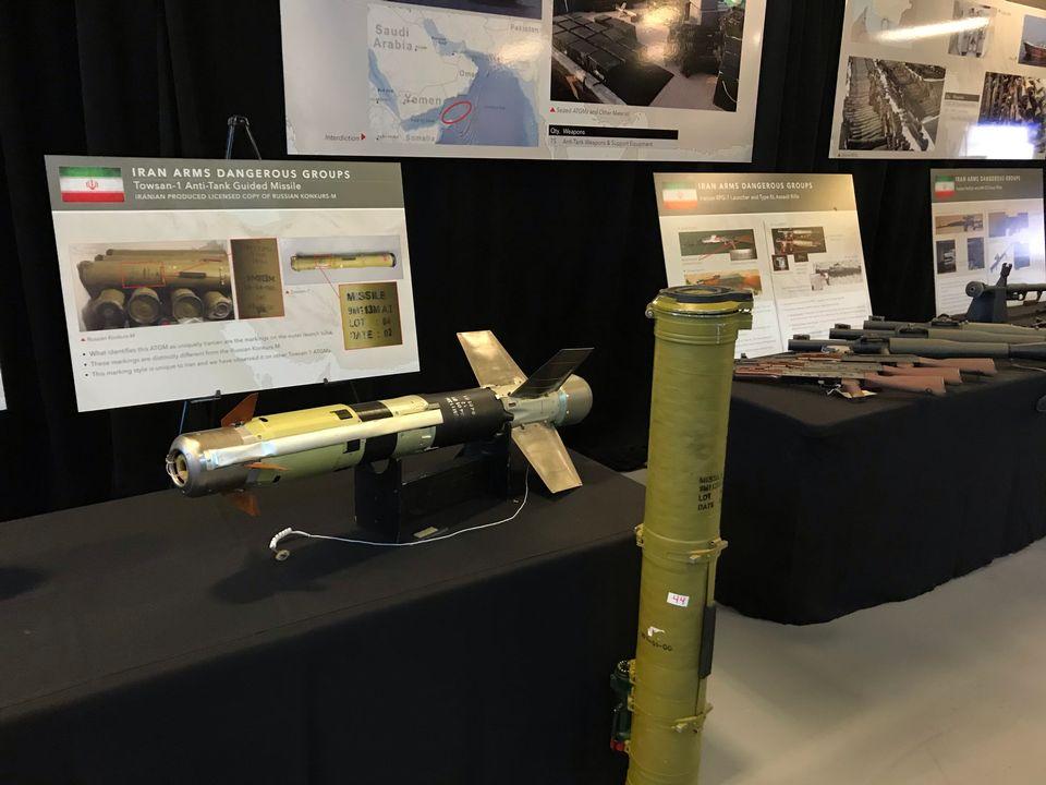 """Des missiles et des fusils d'assaut, présentés par les Etats-Unis comme une """"preuve irréfutable"""" de la vente d'armes de l'Iran au Yémen. [Raphaël Grand - RTS]"""