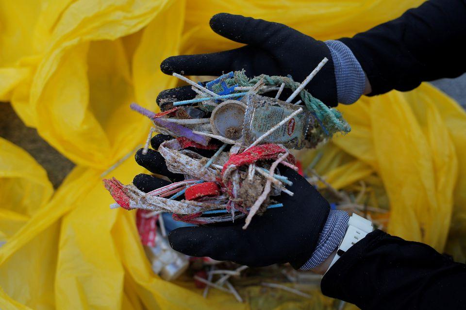 Des déchets platiques retrouvés sur une plage en Espagne. [Jon Nazca - Reuters]