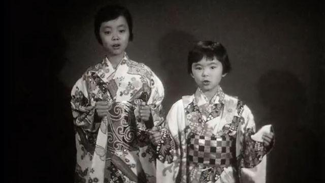 Petites Japonaises chantant un chant de Noël dans leur langue en 1961. [RTS]