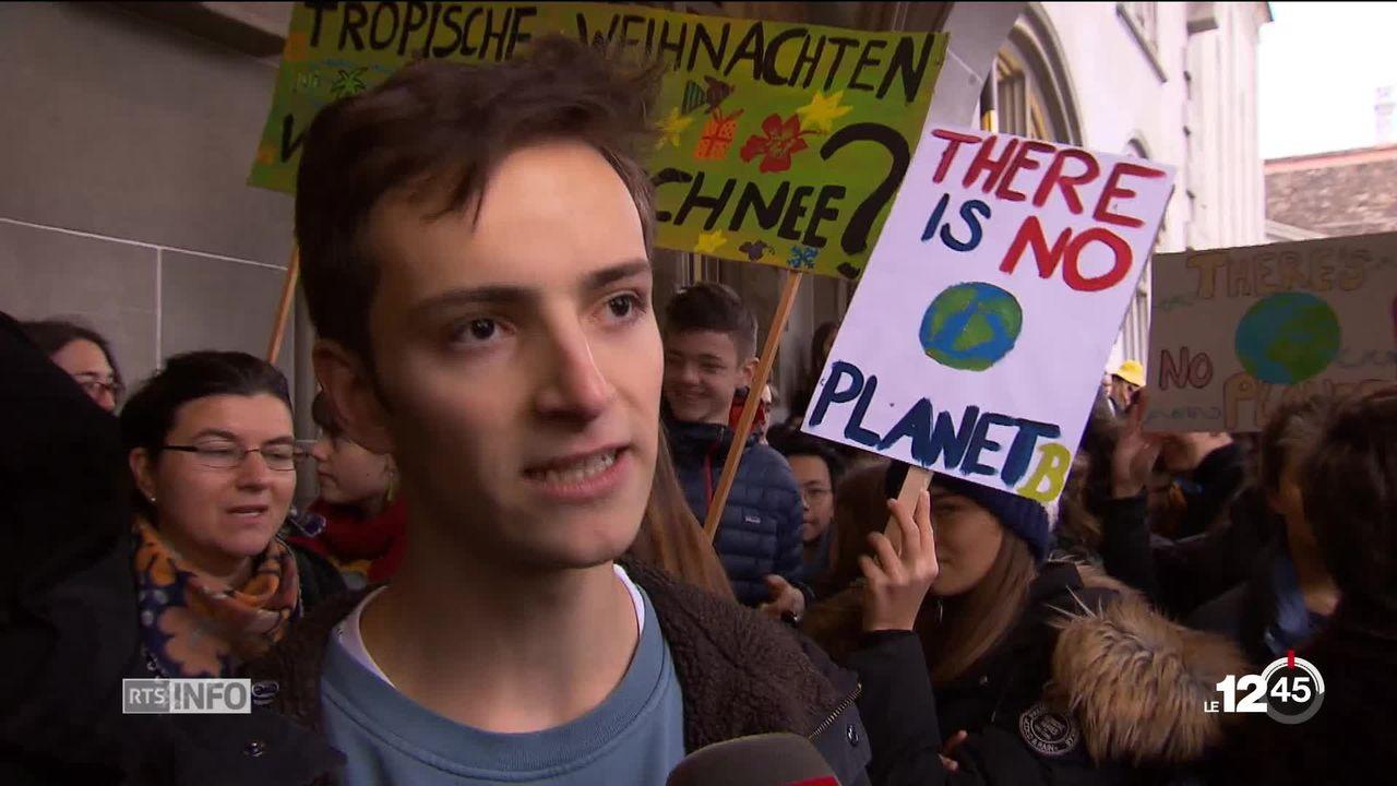 Des jeunes descendent dans la rue en Suisse pour exiger des mesures urgentes face au changement climatique. [RTS]