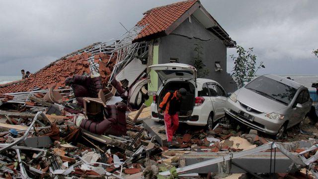 Au moins 222 morts et des centaines de blessés sont à déplorer après le tsunami qui a frappé l'Indonésie samedi soir. [AP Photo - Keystone]