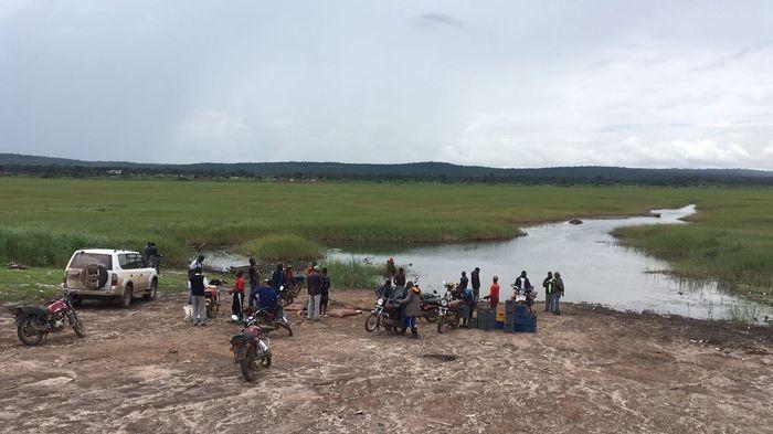 Les creuseurs attendent la barque (de fortune) pour aller travailler. Le passage coûte 500 francs congolais.