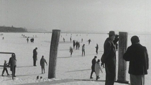 Le lac de Neuchâtel gelé durant l'hiver 1963. [RTS]