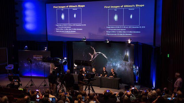 Les premières images d'Ultima Thule, prises à 1,9 million de kilomètres, lors de la conférence de presse de la Nasa. [Joel Kowsky - Keystone/EPA/Nasa]