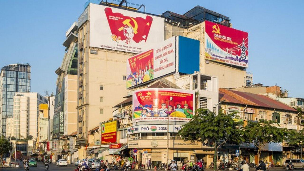 Des affiches de propagande dans une rue de Saïgon. [Bertrand Gardel - afp]