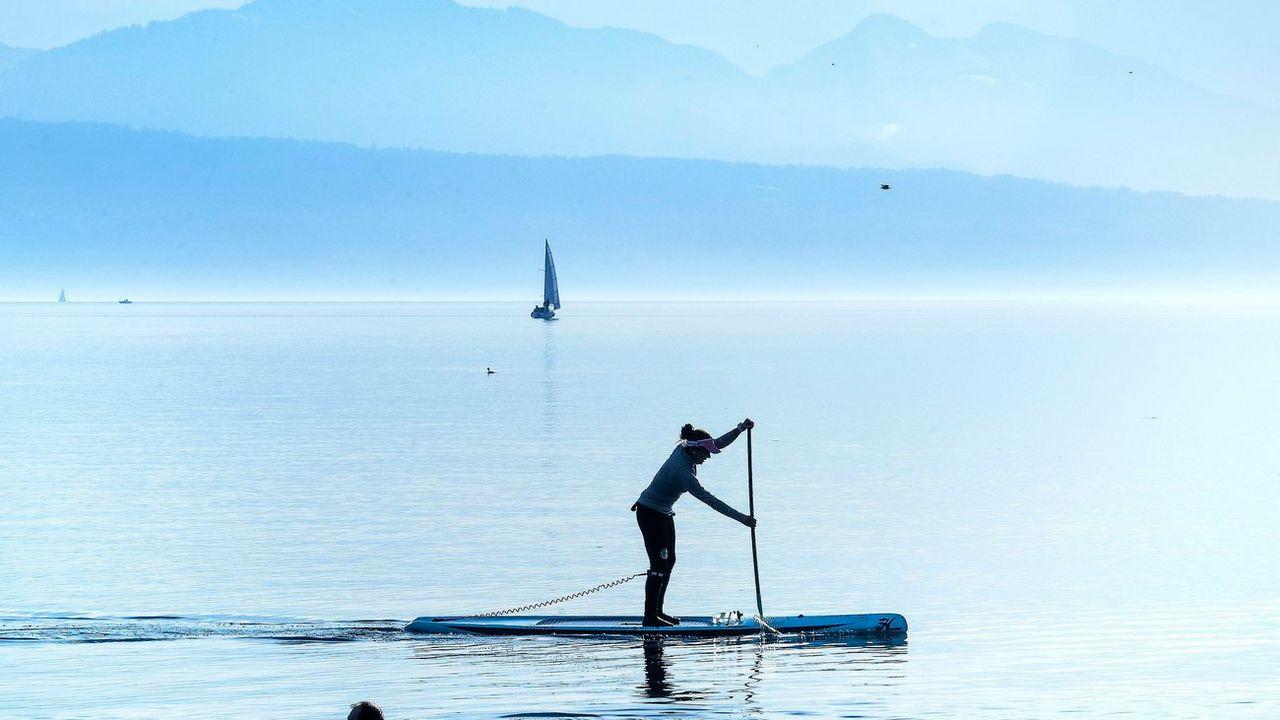 La pratique du Paddle dans certains sites dérange les oiseaux. [Jean-Christophe Bott - Keystone]
