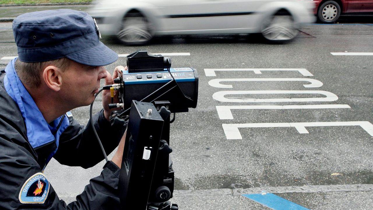 Un policier de la gendarmerie genevoise utilise un pistolet radar (image d'illustration). [Salvatore Di Nolfi - Keystone]