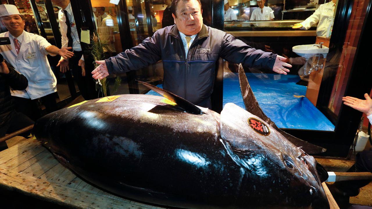 L'acheteur, Kiyoshi Kimura, patron d'une chaîne de restaurants de sushis, présente le thon de 278 kilos. [KIMIMASA MAYAMA  - EPA]