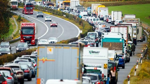Un bouchon sur l'autoroute A1 entre Aubonne et Rolle en direction de Geneve (image d'illustration). [Valentin Flauraud - KEYSTONE]