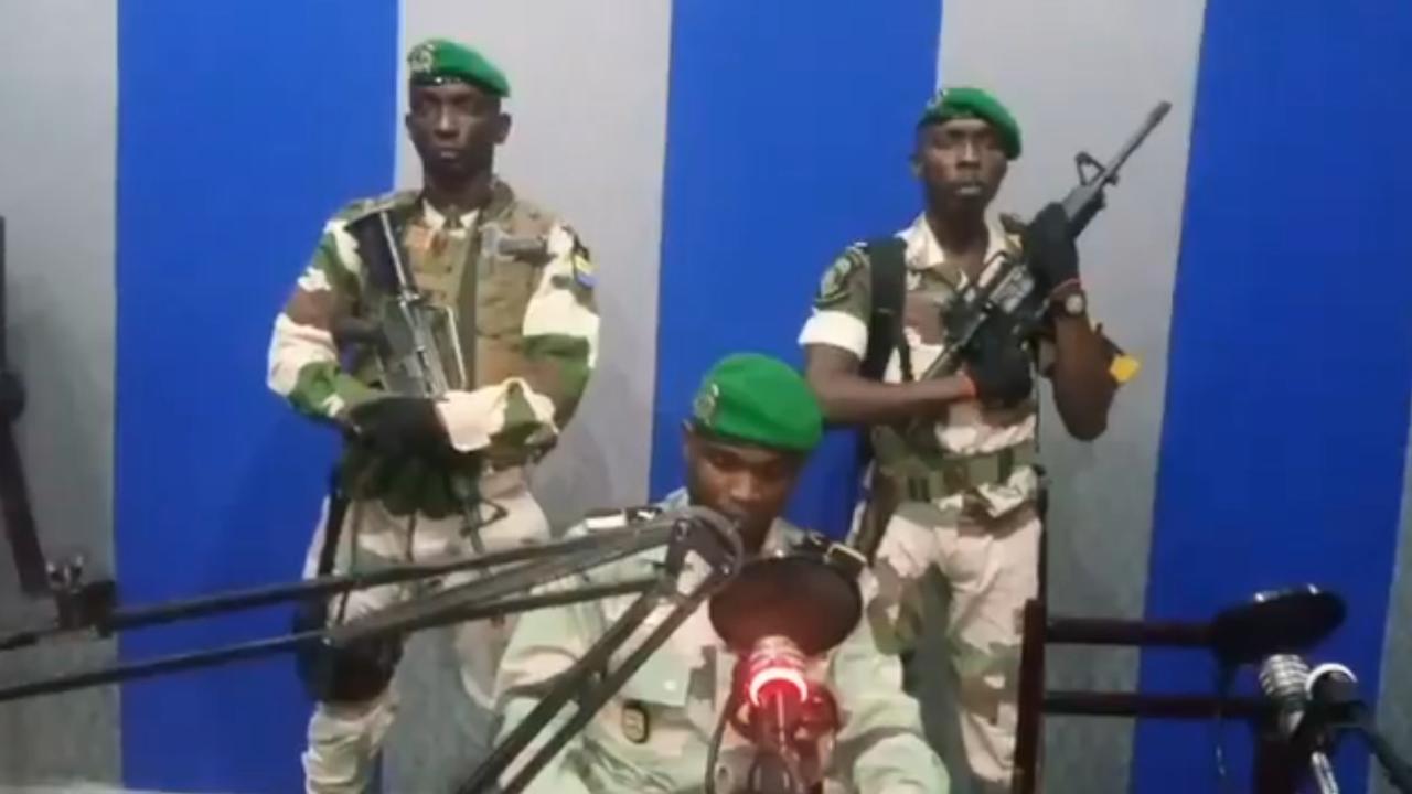 Des militaires ont lu un message lundi matin à la radio d'Etat du Gabon (capture d'écran Twitter).