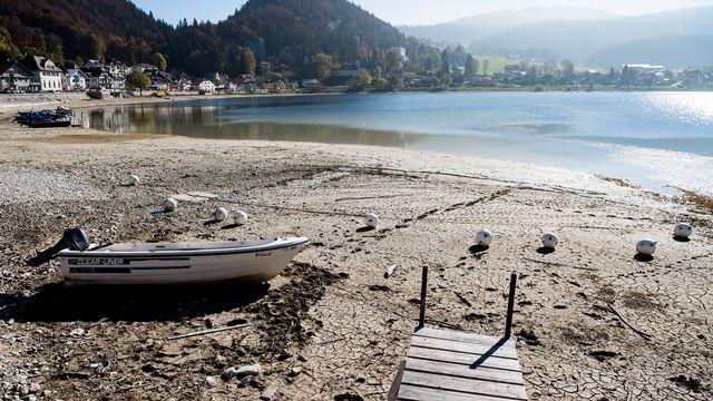 Les rives asséchées du lac de Joux en octobre 2018. [Jean-Christophe Bott - Keystone]