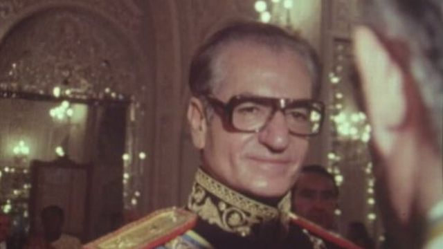 Une année avant son départ en exil, le Shah reçoit la TSR. [RTS]