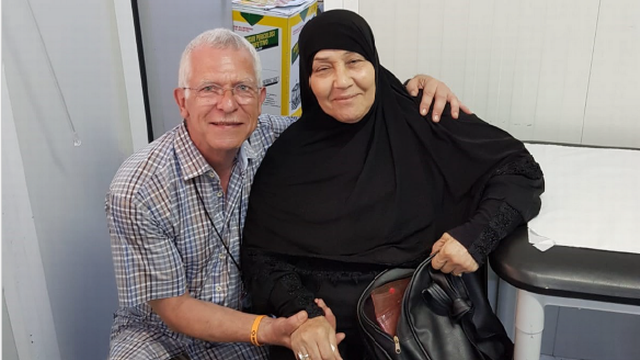 Pierre-Alain Schmied avec une migrante à Chios. [Pierre-Alain Schmied]