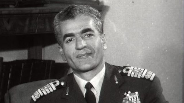 Le Shah d'Iran choisit le camp de l'Occident face à l'URSS.
