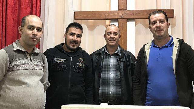 Le pasteur Rachid Seghir (2e à partir de la droite) et des fidèles de l'Eglise évangélique de l'Oratoire à Oran. [Fabien Hunenberger - RTS]