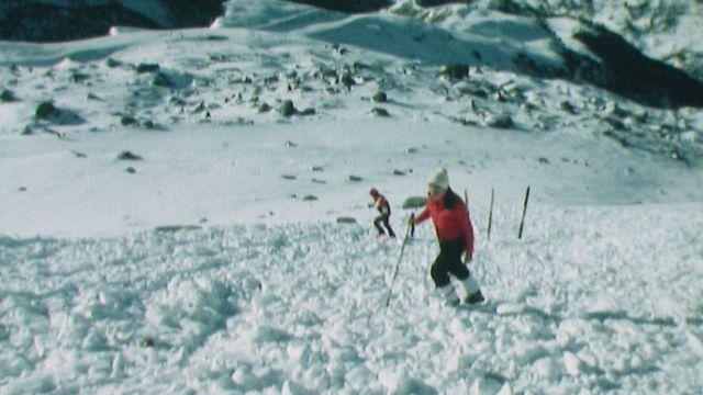 Simulation de secours en cas d'avalanche en 1978. [RTS]