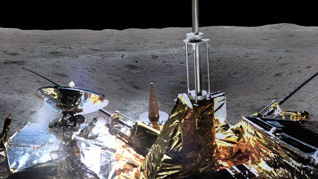 Un appareil photo installé sur la sonde Chang'e-4 a pris un cliché publié vendredi par l'agence spatiale chinoise CNSA. [China National Space Administration]