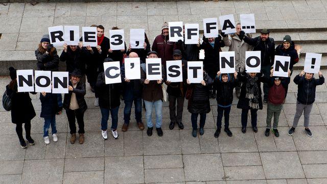 """Une action symbolique pour lancer une semaine de récolte intensive de signatures organise par le Comite référendaire """"RIE3, RFFA non c'est NON!"""", qui combat la Loi relative a la reforme fiscale et au financement de l'AVS (RFFA). [Salvatore Di Nolfi - Keystone]"""